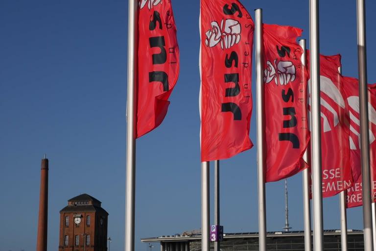 Juso-Fahnen vor dem Schlachthof in Bremen