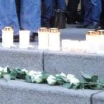 Mit Kerzen und Blumen drückten die Menschen spontan ihr Mitgefühl aus.